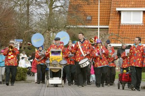 SC 080216. Carnavalsoptocht in Warmenhuizen. (4-koloms 140, 300 Dpi)